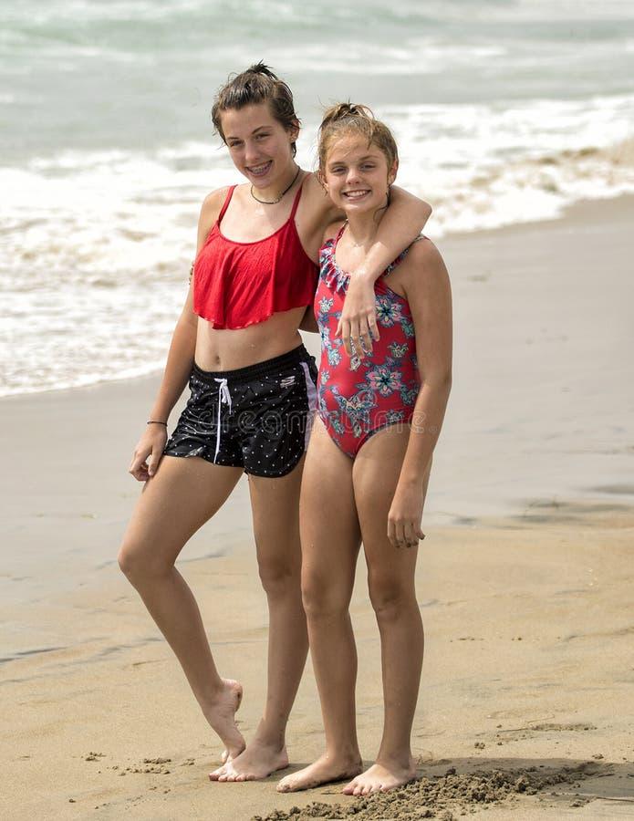 Nastoletnie siostry stoi na plaży zdjęcia royalty free