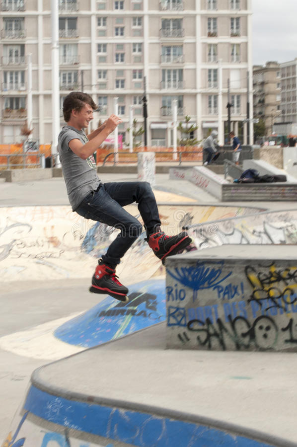 Nastoletniego chłopaka rollerblader