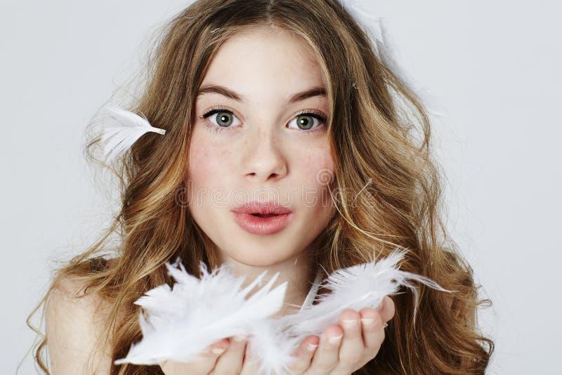 Download Nastoletniej Dziewczyny Dmuchania Piórka Zdjęcie Stock - Obraz złożonej z kwiat, studio: 53784566