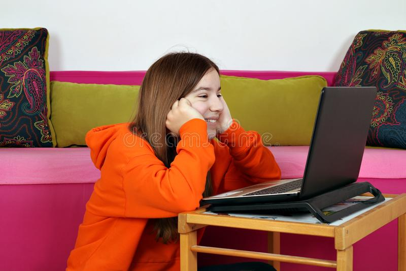 Nastoletniej dziewczyny dopatrywania zabawy środków zawartość na internecie obraz royalty free