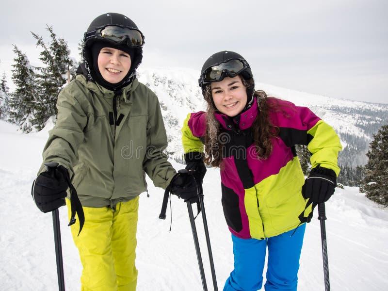Nastoletniej dziewczyny i chłopiec narciarstwo obraz royalty free
