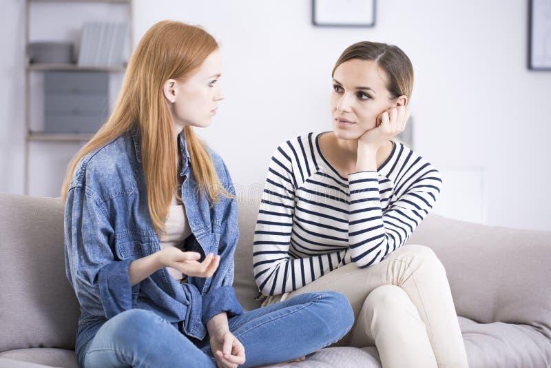 Nastoletniej dziewczyny i kobiety opowiadać zdjęcie stock