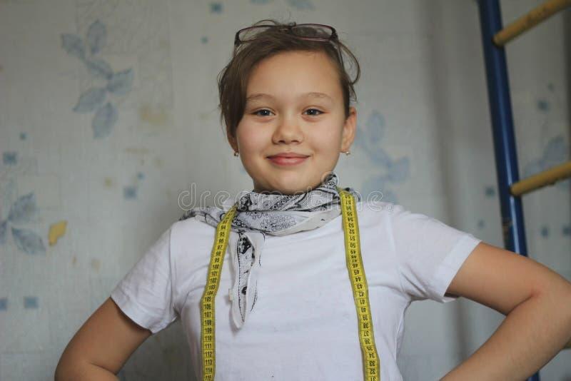 Nastoletniej dziewczyny 12-letni stare sztuki w szyć - szwaczka fotografia royalty free