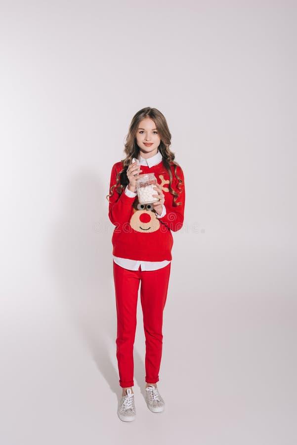 Nastoletniej dziewczyny mienia marshmallows zdjęcia royalty free
