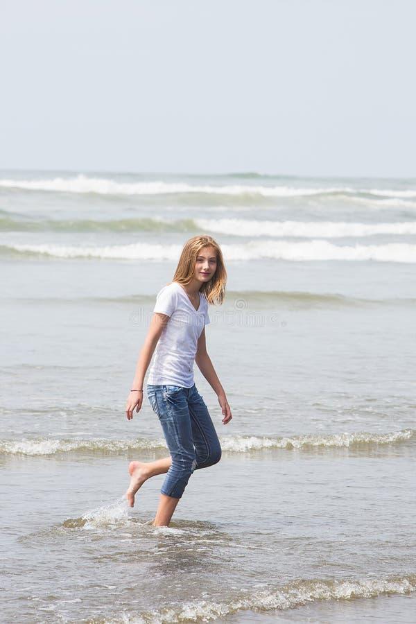 Nastoletniej dziewczyny odprowadzenie w oceanie obraz stock