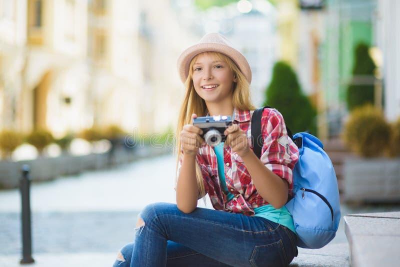 Nastoletniej dziewczyny podróż w Europa Turystyki i wakacje pojęcie zdjęcia stock
