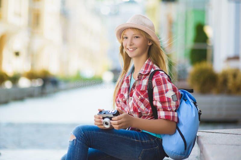Nastoletniej dziewczyny podróż w Europa Turystyki i wakacje pojęcie obrazy stock