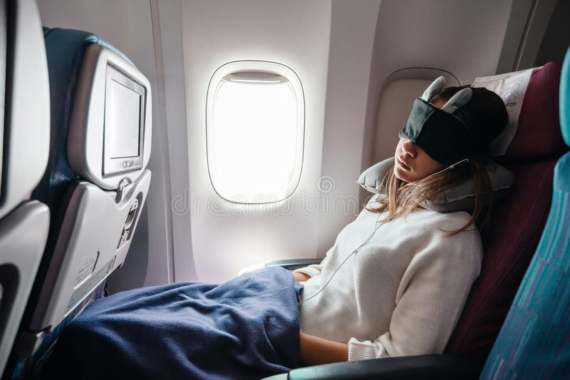 Nastoletniej dziewczyny podróżowanie samolotem obrazy royalty free