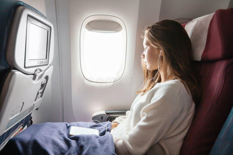 Nastoletniej dziewczyny podr??owanie samolotem zdjęcie royalty free