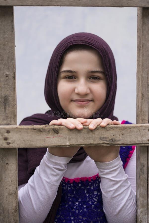 Nastoletniej dziewczyny pozycja w plecy drewniana drabina zdjęcia stock
