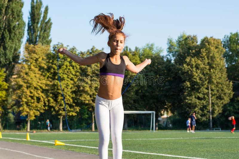 Nastoletniej dziewczyny skokowa arkana w szkolnym stadium obraz royalty free