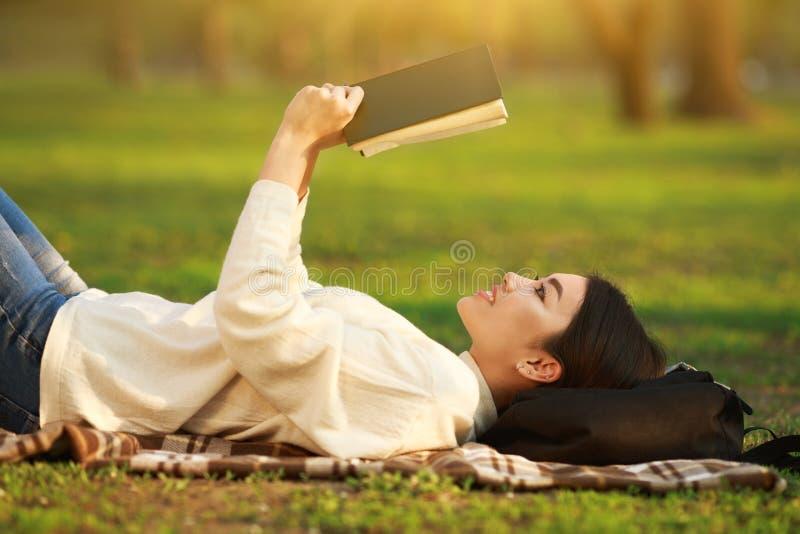 Nastoletniej Dziewczyny studiowanie, Czytelnicza książka W parku obraz stock