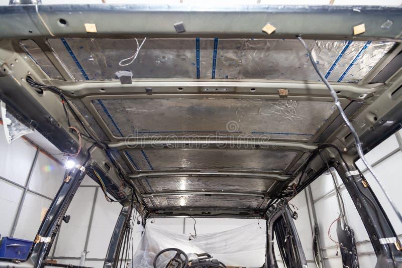 Nastrajać samochód w samochodu dostawczego autobusowym ciele z trzy warstwami hałas izolacja na metalu dachu Dźwięka i wibracji o obraz stock