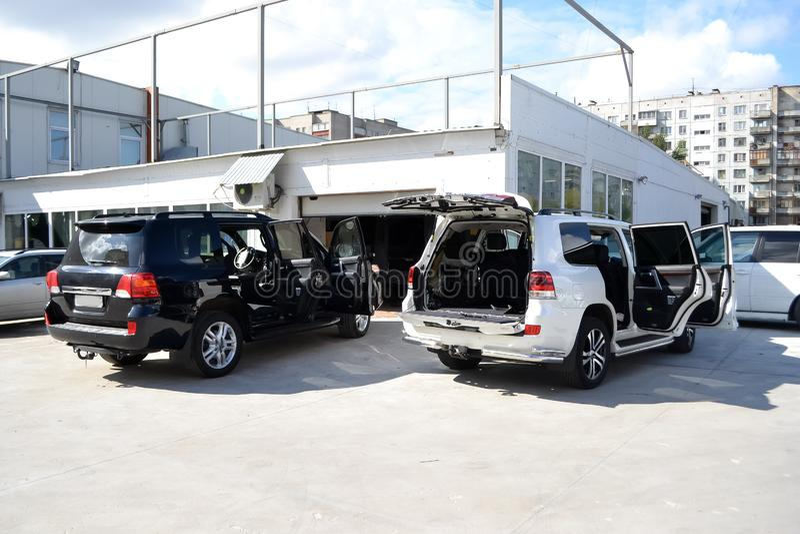 Nastrajający dwa samochód w SUV białym, czarnym ciele z trzy warstwami hałas izolacja z i zdjęcia stock