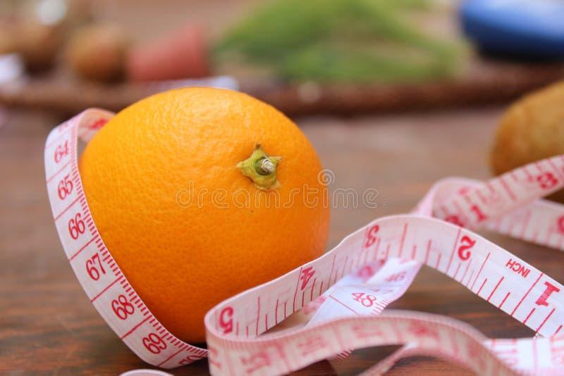 Nastro arancio e di misurazione di concetto di perdita di peso, immagini stock