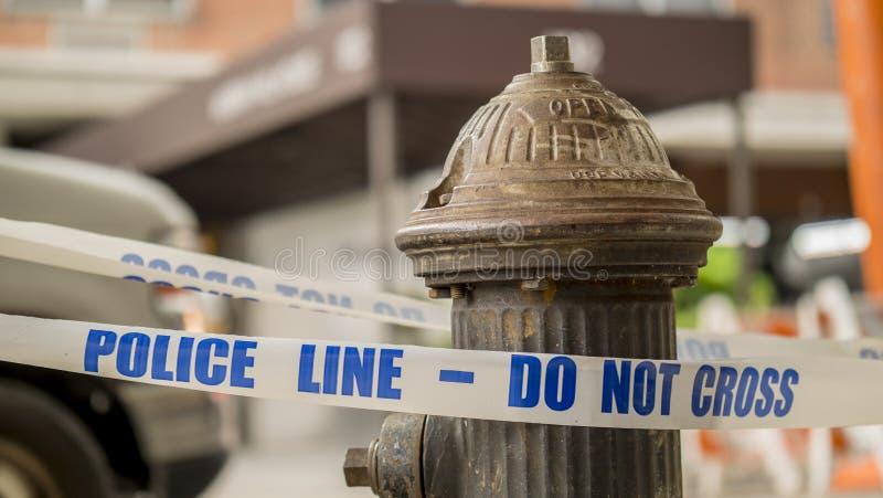 Nastro bianco con la linea di polizia dell'iscrizione - non attraversi fotografie stock libere da diritti