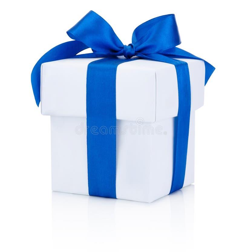 Nastro blu legato bianco del contenitore di regalo isolato su fondo bianco fotografia stock