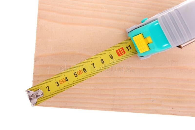 Nastro di misurazione con il legno fotografie stock libere da diritti