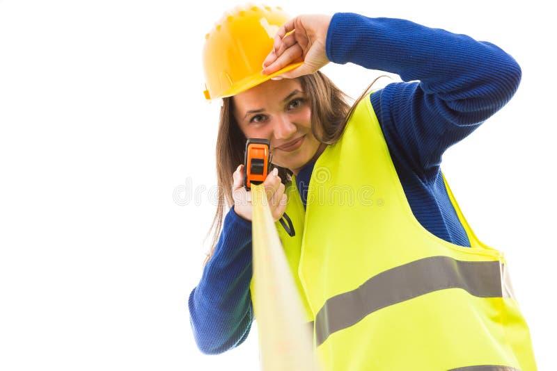 Nastro di misurazione della giovane tenuta femminile dell'architetto fotografia stock