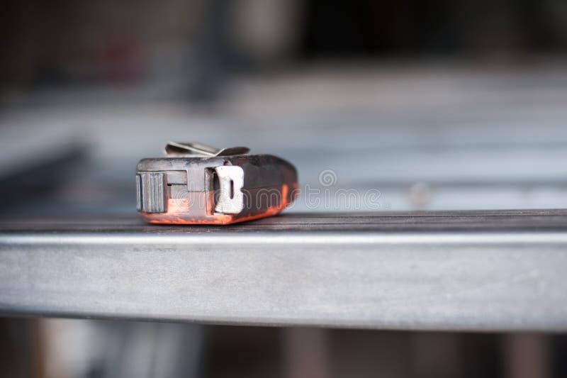 Nastro di misurazione sulla tavola del metallo nell'officina fotografia stock