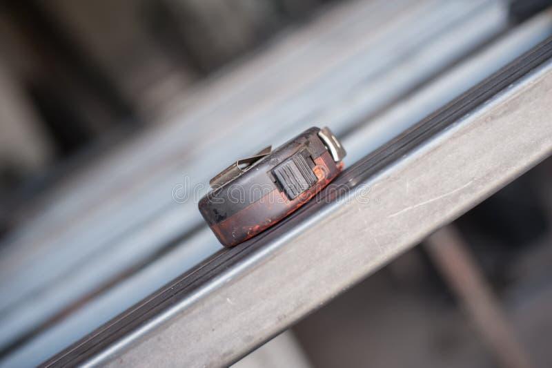Nastro di misurazione sulla tavola del metallo nell'officina fotografia stock libera da diritti