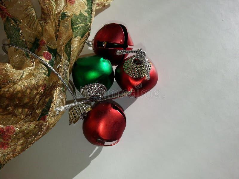 Nastro di Natale e fondo delle campane di tintinnio immagini stock libere da diritti