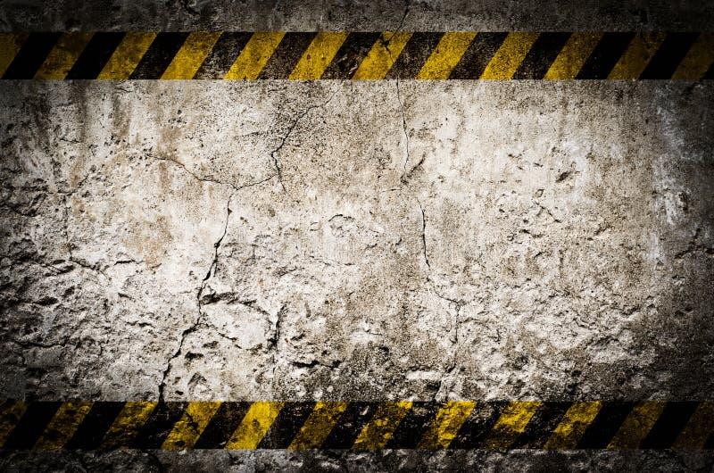 Nastro di rischio sulla parete sporca in bianco immagine stock