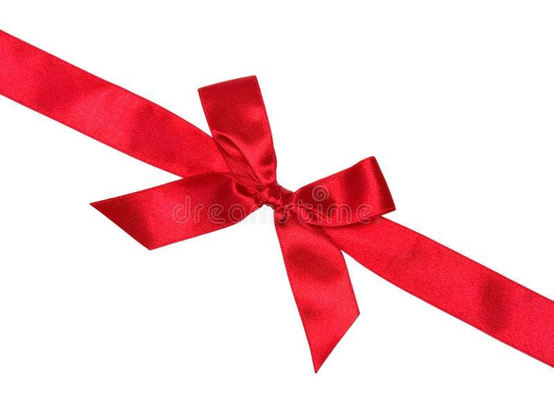 Nastro di seta rosso con l'arco, diagonale, isolata fotografia stock libera da diritti