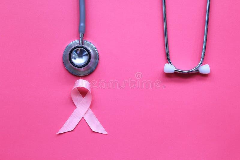 Nastro e stetoscopio rosa su fondo rosa, simbolo di cancro al seno in donne, concetto di sanit? fotografia stock libera da diritti