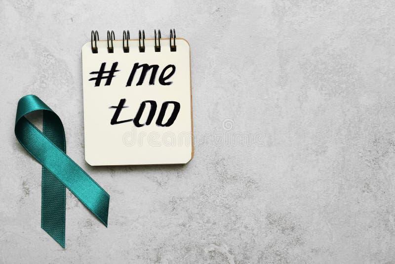 Nastro e taccuino di consapevolezza di Teal con hashtag METOO su fondo grigio, disposizione piana Fermi sessuale immagini stock