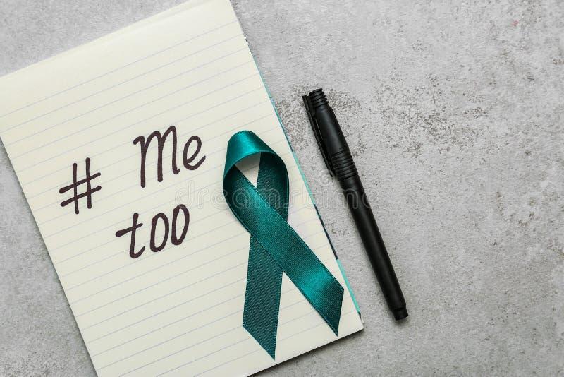 Nastro, penna e carta di consapevolezza di Teal con hashtag METOO su fondo grigio Aggressione sessuale di arresto fotografie stock libere da diritti