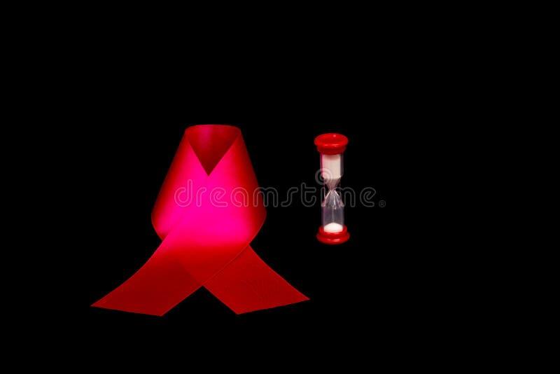 Nastro rosso come simbolo della Giornata mondiale contro l'AIDS immagine stock