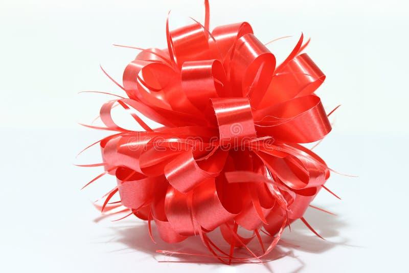 Nastro rosso del nuovo anno della sfera su fondo bianco immagine stock