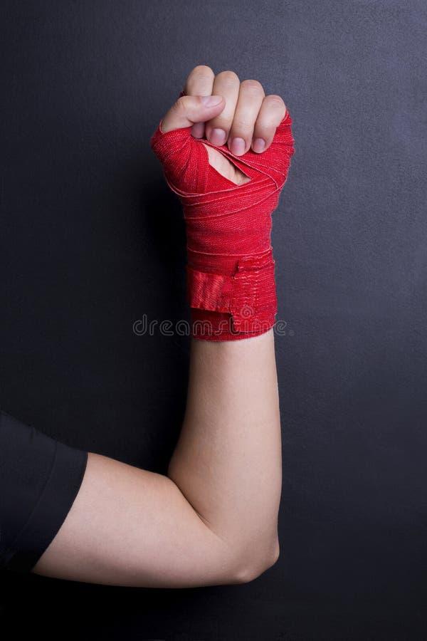 Nastro rosso di pugilato bendato braccio femminile immagine stock libera da diritti