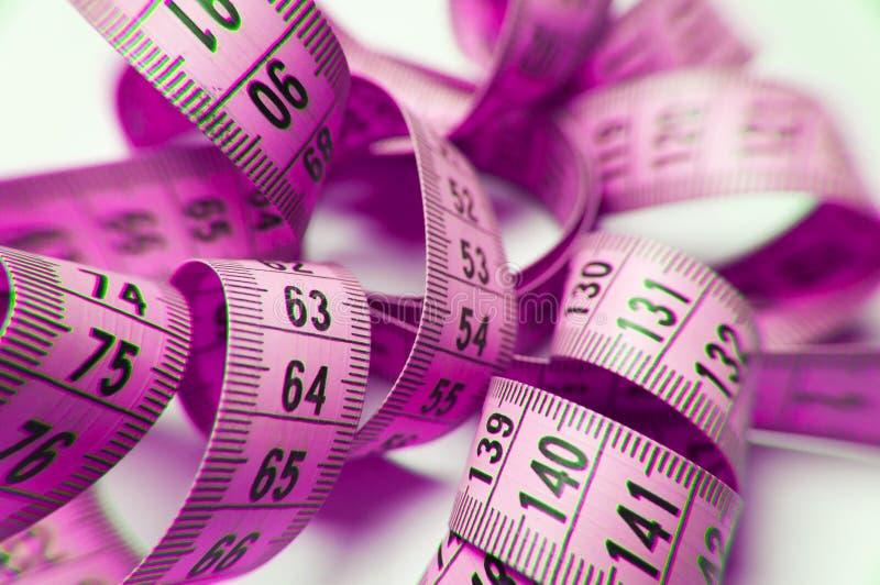 Nastro a spirale rosa di misura isolato nel bianco fotografie stock