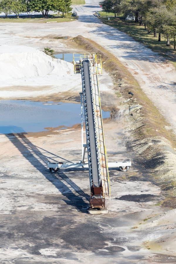 Nastro trasportatore al lavoro minerario immagine stock