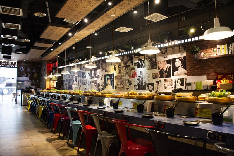 Nastro trasportatore per stile cinese o Shabu-shabu di Sichuan dello stufato di castrato di servire in ristorante locale a Shanto immagine stock
