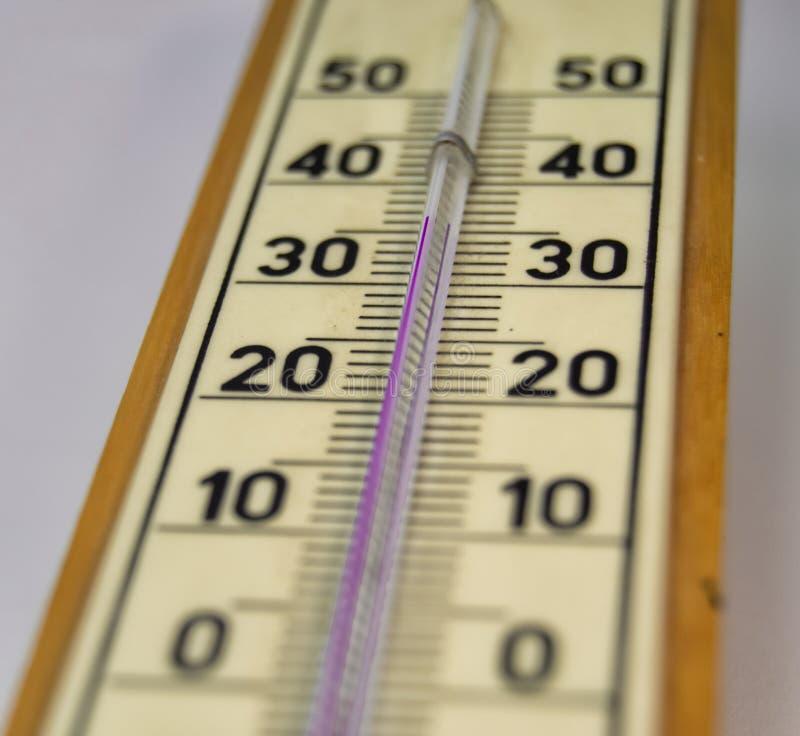 Nastrojowej temperatury pomiar rtęć termometrem zdjęcie royalty free