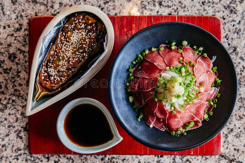 Nasu Dengaku - Rindfleisch Takaki - Japaner grillte Aubergine und Scheibe stockfoto