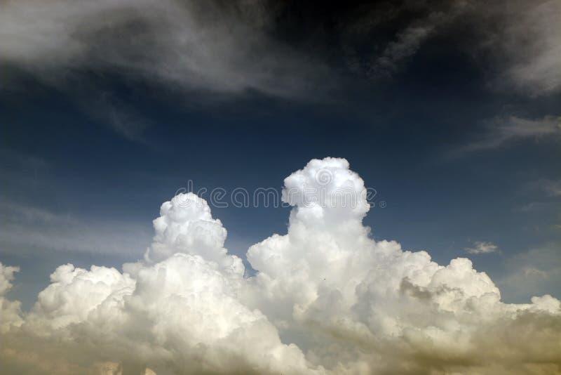 Naszłe burz chmury przeciw ciemnemu niebu, zmrok - błękitny odcień obrazy stock