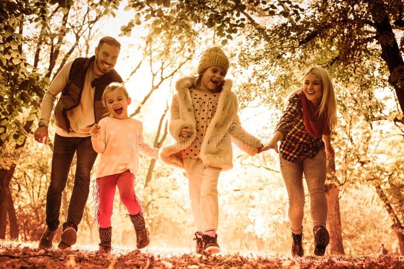 Nasz rodzin miłość bawić się w naturze obraz stock