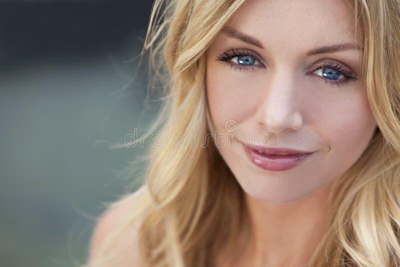 Natürlich schöne blonde Frau mit blauen Augen lizenzfreies stockfoto