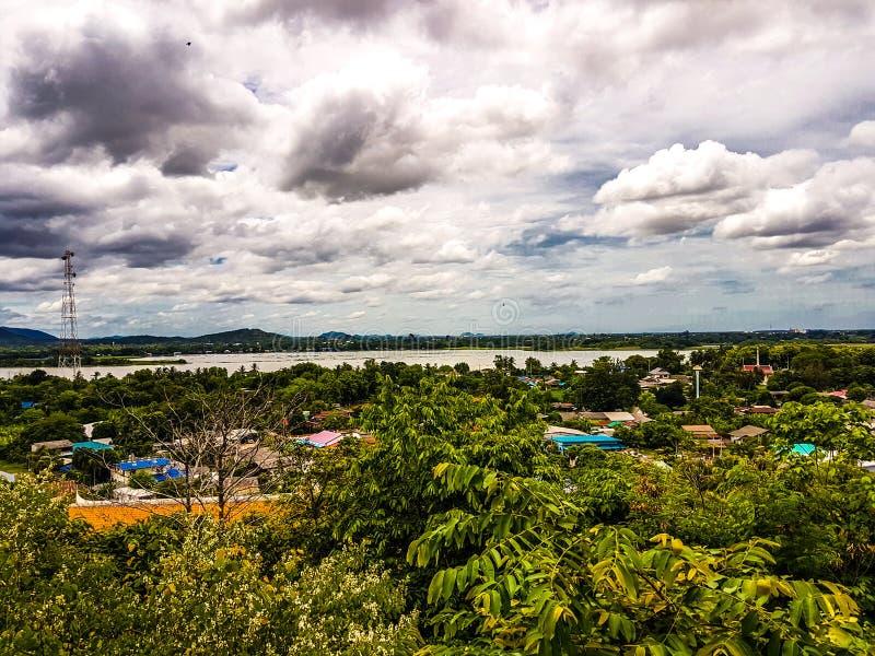 Natürliche Ansichtbäume, Stadt, Fluss und blauer Himmel lizenzfreie stockbilder