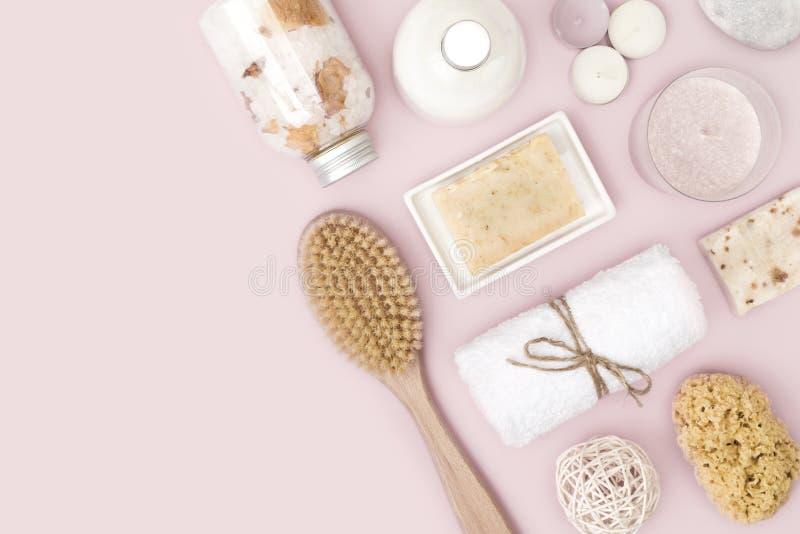 Natürliche Badekurort skincare Produkte auf rosa Hintergrund mit Kopienraum lizenzfreies stockbild