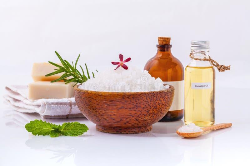 Natürliche Badekurortbestandteile des Seesalzes, Kräuter, Seife und Massageöle stockfotografie