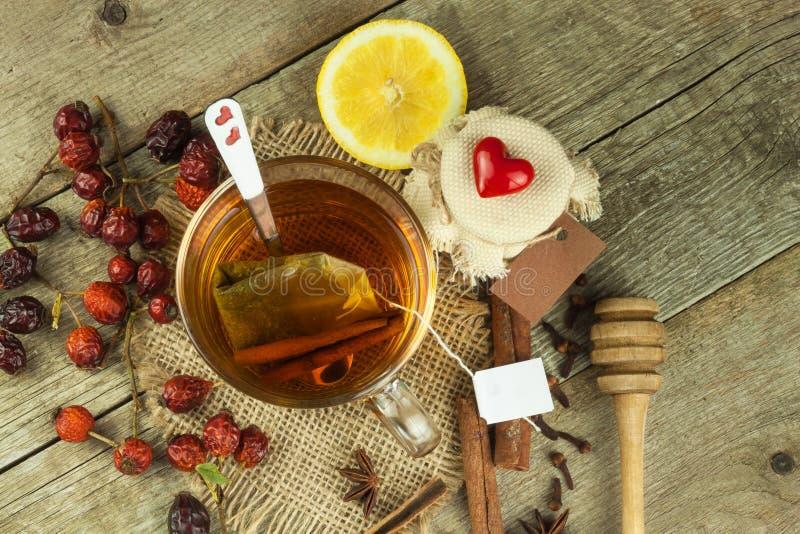 Natürliche Behandlung für Kälten und Grippe Ingwerzitronen-Honigknoblauch und Hagebuttentee gegen Grippe Heißer Tee für Kälten Ha lizenzfreie stockfotos
