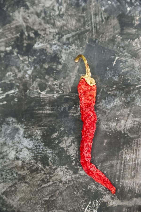 Natürliche Beschaffenheit des selbst gemachten Gemüses Reife saftige heiße rote Pfeffer auf einem strukturellen konkreten Hinterg lizenzfreies stockfoto