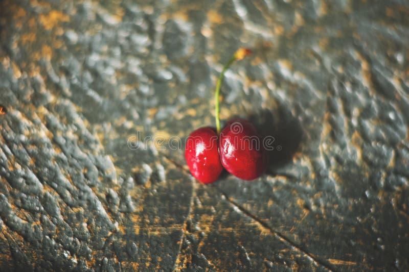 Natürliche Beschaffenheit von reifen roten Kirschen Nahaufnahme und von Kopienraum Kirschen auf einem dunklen Hintergrund, das Ko lizenzfreie stockbilder