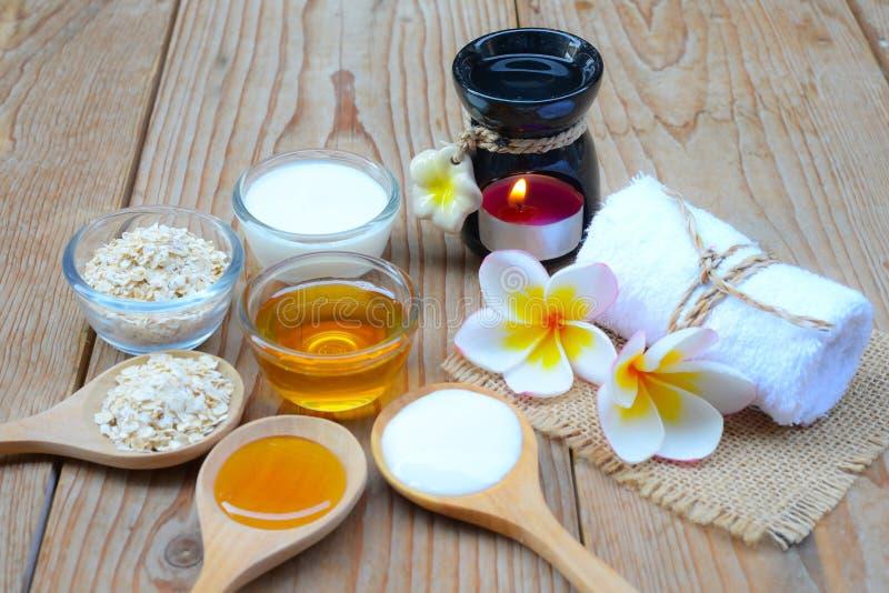 Natürliche Bestandteile für selbst gemachtes Körper-Gesicht scheuern Haferhonig und -joghurt Makrodetail des kosmetischen Behälte stockfotos