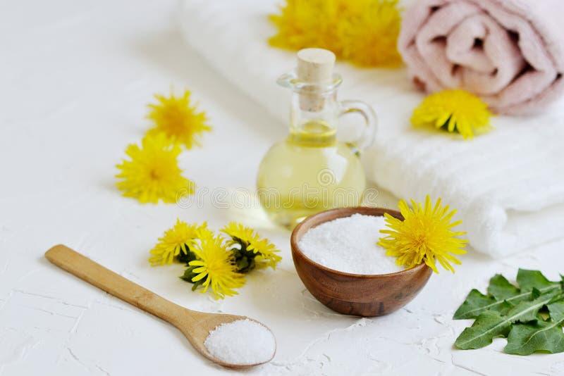 Natürliche Bestandteile für selbst gemachtes Körpersalz scheuern sich mit Löwenzahnblumen, Zitrone, Honig und Olivenöl stockfotos